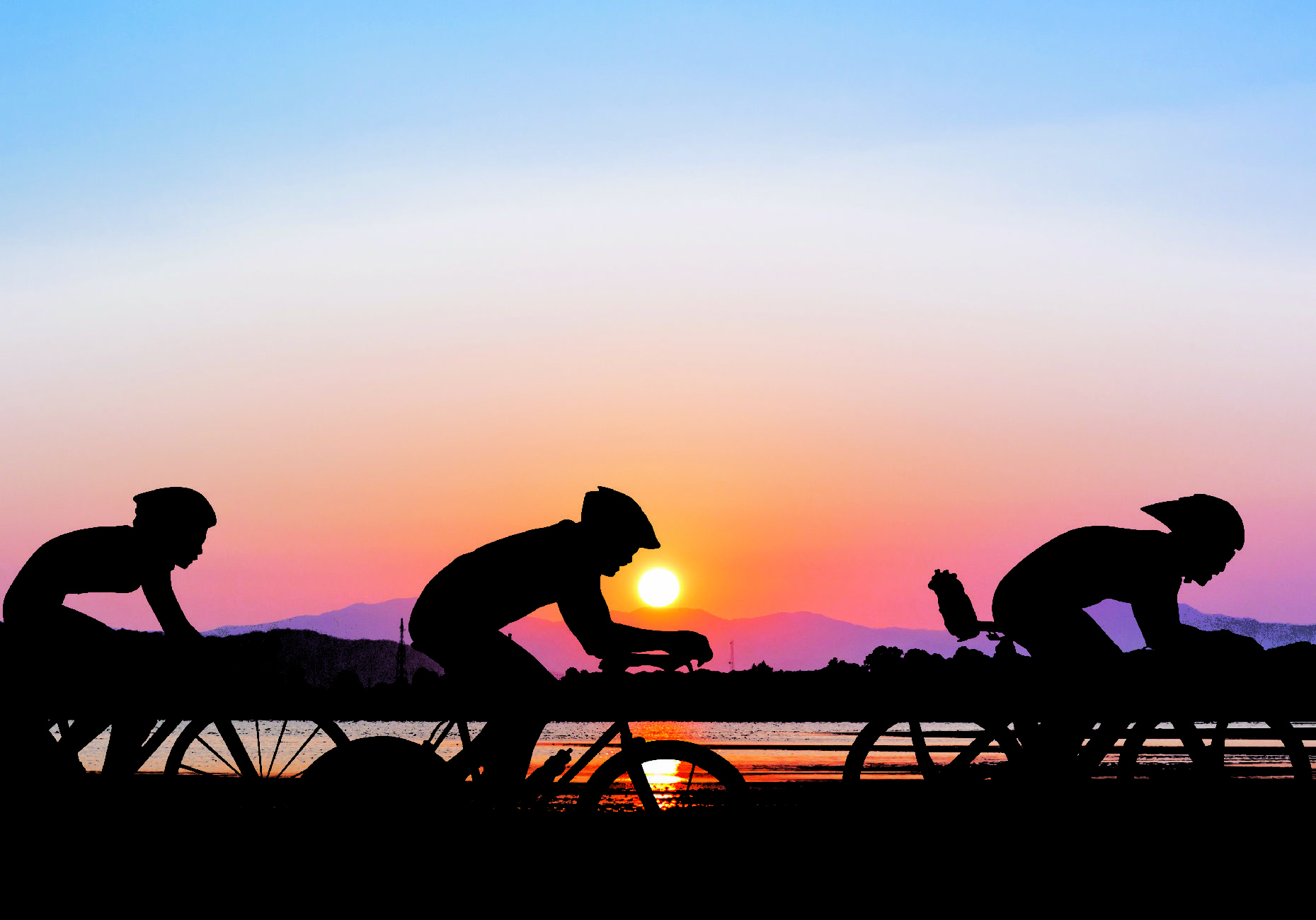 cyclistes coucher de soleil